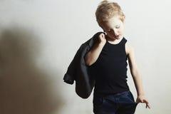 Petit garçon à la mode dans des enfants de mode de scarf.stylish Images stock