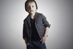 Petit garçon à la mode dans le chapeau et des jeans. Enfants de mode Photo libre de droits