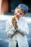 Petit garçon mignon tenant son oie de bébé d'animal familier Photo stock