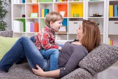 Petit garçon racontant une histoire enfanter Images libres de droits