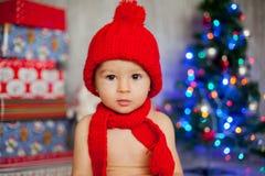Petit garçon sur Noël, présents s'ouvrants Images libres de droits