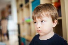 Petit garçon triste Image stock