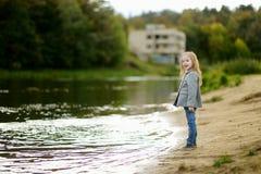 Petit gilr adorable par une rivière à l'automne Photos libres de droits