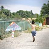 Petit gosse avec le cerf-volant photo libre de droits