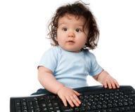 Petit gosse avec un clavier d'ordinateur images stock