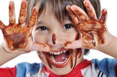 Petit gosse mignon avec du chocolat Photos libres de droits