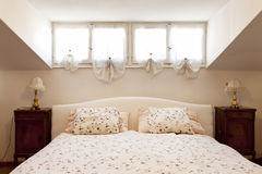 Petit grenier meublé, chambre à coucher photo libre de droits