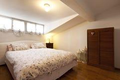 Petit grenier meublé, chambre à coucher image libre de droits
