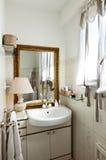 Petit grenier meublé, salle de bains photos stock