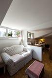 Petit grenier meublé, salle de séjour images libres de droits