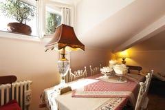Petit grenier meublé, table image libre de droits