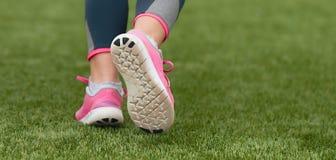 Petit groupe courant d'enfants sur des chaussures de sport photographie stock