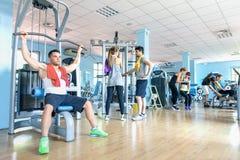 Petit groupe d'amis folâtres au centre de centre de fitness de gymnase Images stock