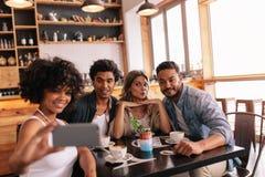 Petit groupe d'amis prenant le selfie au café Photo libre de droits
