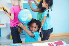 Petit groupe d'enfants en jouant avec des jouets Photographie stock libre de droits