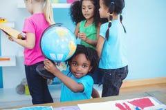 Petit groupe d'enfants en jouant avec des jouets Images stock