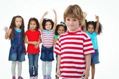 Petit groupe d'enfants se tenant ensemble Images stock