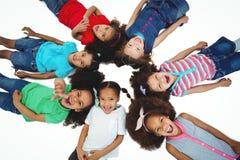 Petit groupe de filles se trouvant regardant vers le bas vers le haut Photographie stock libre de droits