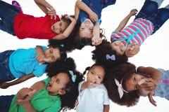 Petit groupe de filles se trouvant regardant vers le bas vers le haut Image stock