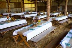 Petit groupe de réception de mariage de grange Photos stock
