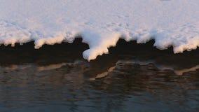 Petit groupe de rivière d'hiver avec la neige et la glace banque de vidéos