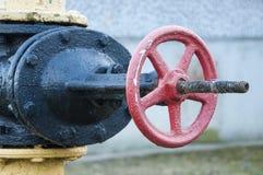 Petit groupe en gros plan d'industrie rouge de valve du détail de tube Images libres de droits