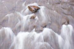 Petit groupe rocheux de rivière débordante un lisse, résumé, modèle apparaissant peint photographie stock