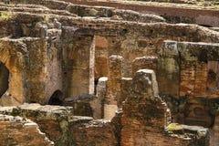 Petit groupe souterrain Amphitheatrum Flavium Rome antique Italie de Colosseum Photo stock