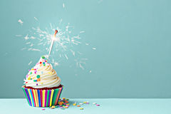 Petit gâteau de célébration avec le cierge magique Photos libres de droits