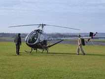 Petit hélicoptère à l'aérodrome privé Photographie stock libre de droits