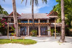 Petit hôtel confortable sur une station de vacances exotique tropicale image stock