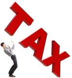 Petit homme d'affaires effrayé de grands impôts. Photos stock