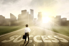 Petit homme d'affaires recherchant le succès Photo libre de droits
