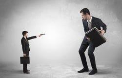 Petit homme d'affaires tirant l'homme d'affaires g?ant images libres de droits
