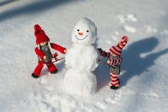 Petit homme de deux jouets fait d'une neige de bonhomme de neige Photos libres de droits