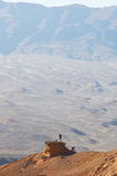 Petit homme en montagne photos libres de droits