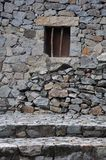 Petit hublot sur le mur en pierre Photo libre de droits