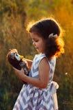 Petit hugd bouclé mignon de fille un hibou pelucheux de jouet Jeu de fille d'enfant en bas âge avec la poupée douce Une belle lum Photo libre de droits