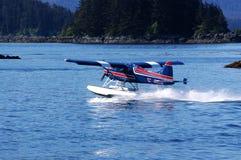 Petit hydroplane sur l'eau image libre de droits