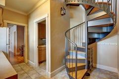 Petit intérieur de couloir avec l'escalier en spirale en métal images libres de droits