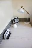 Petit intérieur léger de siège social avec le bureau faisant le coin Image stock