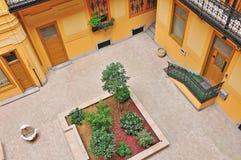Petit jardin en appartement de l'Europe de style ancien vu de la terrasse Photographie stock