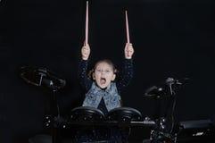 Petit jeu caucasien de batteur de fille le kit elettronic de tambour Images stock