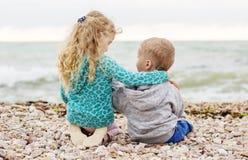 Petit jouer mignon de frère et de soeur Image stock