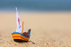 Petit jouet en bois de bateau de pêche Image libre de droits