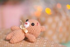 Petit jouet mou de Noël avec des boîte-cadeau et décoration de Noël sur le fond Concept au sujet des salutations de saison Joyeux Image libre de droits