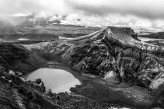 Petit lac dans la caldeira du volcan de Gorely, péninsule de Kamchatka, Russie photographie stock libre de droits
