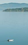 Petit lac de croisement de bateau de pêche Image stock