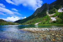 Petit lac de montagne en belles montagnes Image libre de droits