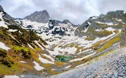 Petit lac de montagne en montagnes image stock